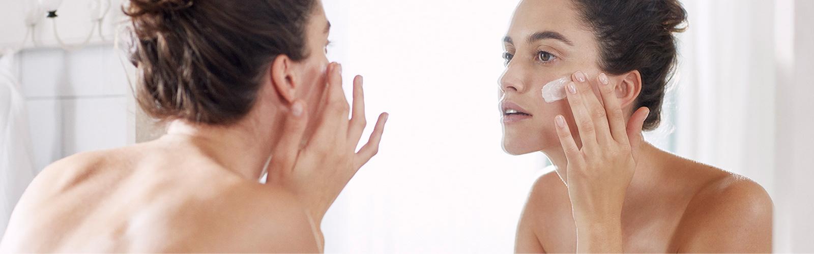 Donna che idrata il proprio viso