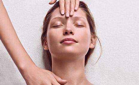 Donna riceve un trattamento Skin Spa