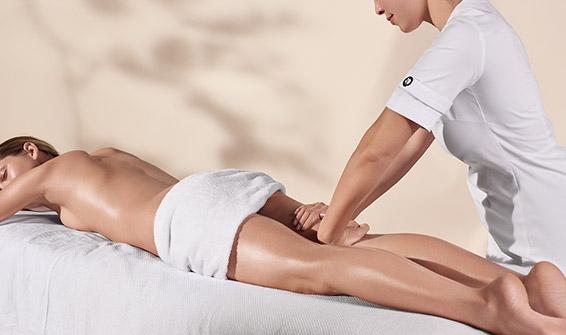 Professionista di bellezza Clarins effettua un trattamento corpo
